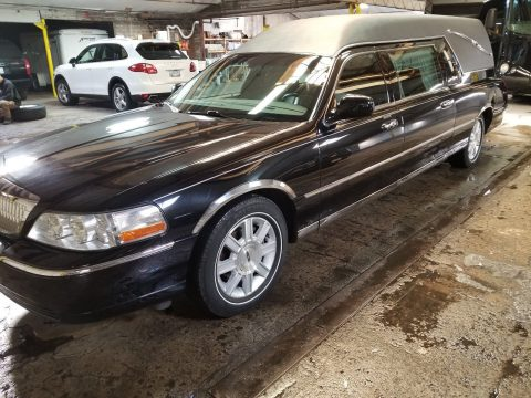 clean 2009 Lincoln Town Car Superior hearse for sale