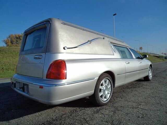 low miles 2007 Lincoln Town Car hearse